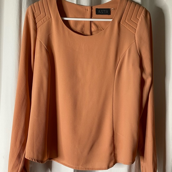 NWOT GORGEOUS ASTR LONG SLV TOP SMALL